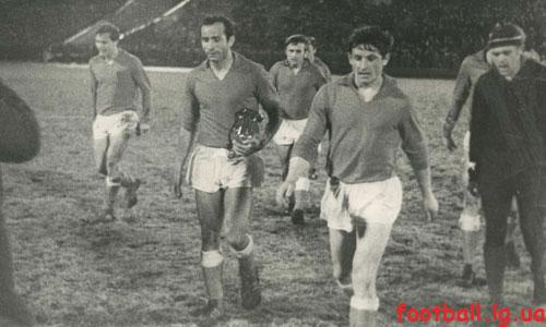 В.Семенов получил приз лучшего игрока в матче с Динамо Киев 1972