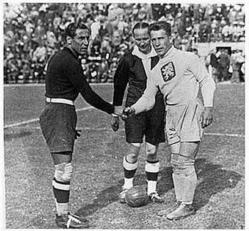 Italy - Czechoslovakia. 10.06.1934. Captains Gianpiero Combi and Frantishek Planichka