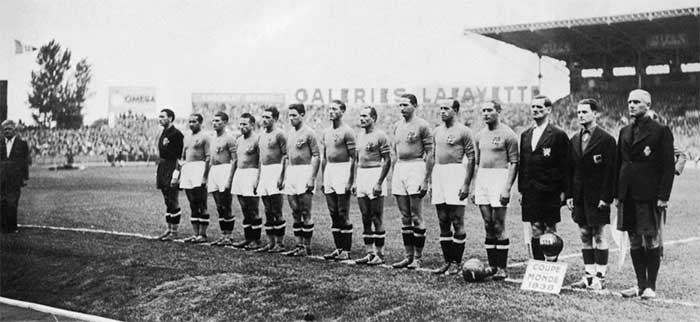 19.06.1938. Italy - Hungary. Italy national team and referees (left to right): V.Pozzo (trainer), A.Olivieri, M.Andreolo, G.Colaussi, P.Serantoni, U.Locatelli, A.Foni, P.Rava, A.Biavati, S.Piola, G.Ferrari, G.Meazza (c), G.Krist (Czechoslovakia), G.Capdeville (France), H.Wuthrich (Switzerland)