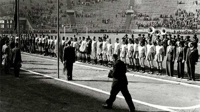 13.07.1950. Уругвай – Швеция 3:2. The Sweden, right, and Uruguay teams line-up before the match