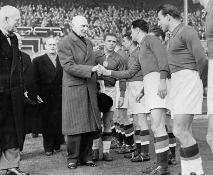 25.11.1953. Англия - Венгрия 3:6. British administrator, the Duke of Athlone, being introduced to members of the Hungarian football team, before their match against England