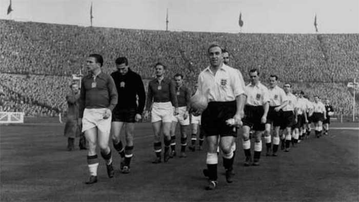 25.11.1953. Англия - Венгрия 3:6. The English and Hungarian captains, Ferenc Puskas (left) and Billy Wright leading out their teams before a game at Wembley Stadium, London
