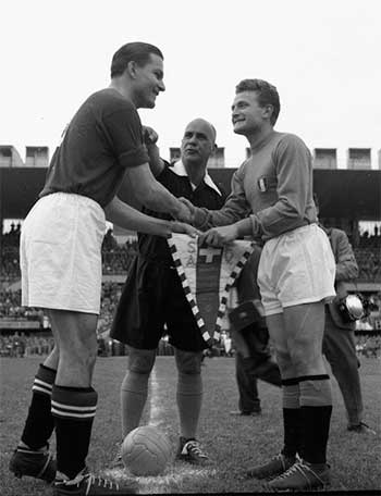 17.06.1954. Швейцария - Италия 2:1. Captains Roger Bocquet (Switzerland), Giampiero Boniperti (Italy) and referee Mário Gonçalves Vianna (Brazil)