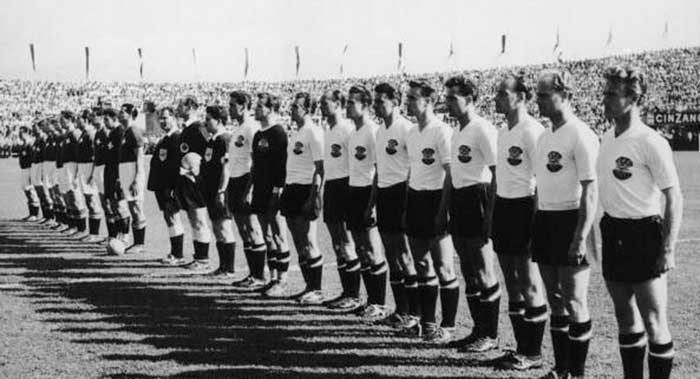 26.06.1954 Швейцария - Австрия 5:7. Austria national team (left to right): E.Ocwirk, K.Schmied, E.Happel, R.Körner, L.Barschandt, E.Probst, K.Koller, T.Wagner, A.Körner, E.Stojaspal, G.Hanappi