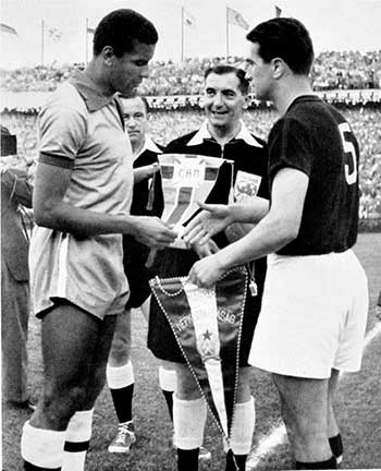 27.06.1954. Венгрия – Бразилия 4:2. Captains (Bauer, J.Bozsik) and referee A.Ellis (England)