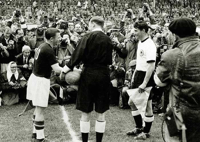 04.07.1954 ФРГ - Венгрия 3:2. West Germany captain Fritz Walter and Hungarys Ferenc Puskas
