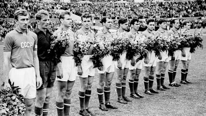 27.07.1957 Советский Союз - Финляндия. USSR national team (from left to right): Igor Netto, Oleg Makarov, Eduard Streltsov, Konstantin Krizhevskiy, Mikhail Ogonkov, Yuriy Voynov, Viktor Fomin, Nikita Simonyan, Anatoliy Isaev, Boris Kuznetsov, Boris Tatushin