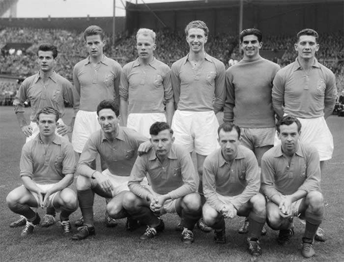 25.09.1957 Нидерланды - Австрия 1:1. Nederland national team. Back row: Jan Notermans, Kees Kuys, Roel Wiersma, Jan Klaassens, Frans de Munck, Cor van der Hart. Front row: Piet van der Kuil, Faas Wilkes, Abe Lenstra, Kees Rijvers, Bart Carlier