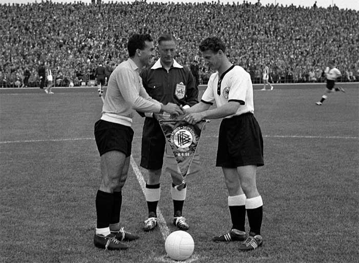 08.06.1958 ФРГ - Аргентина 3:1. Captains Dellacha (Argentina), Hans Schäfer (West Germany) and referee Reg Leafe (England)