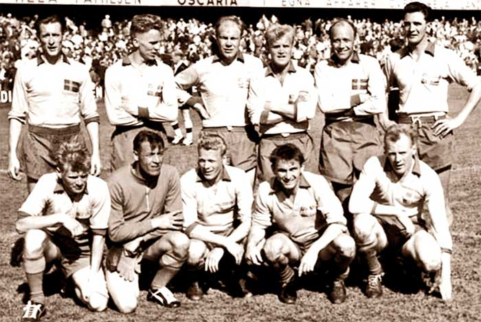 08.06.1958 Швеция – Мексика 3:0. Sweden national team. Back row: Nils Lidholm, Agne Simonsson, Sigvard Parling, Lennard Skoglund, Gunnar Gren, Julle Gustafsson. Front row: Crvar Bergmark, Kalle Svenson, Sven Axbom, Kurt Hamrin, Bror Mellberg