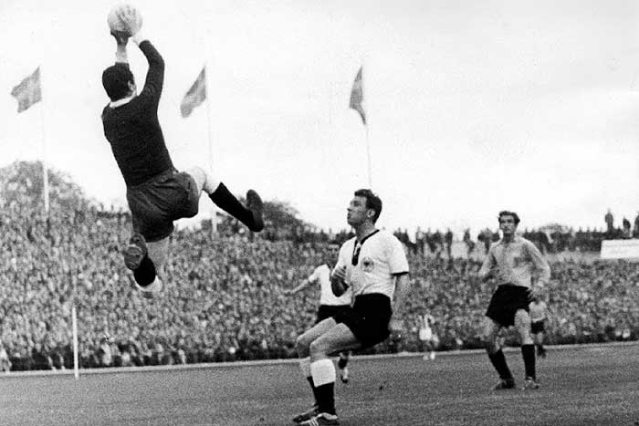 08.06.1958 ФРГ - Аргентина 3:1. Carizzo (Argentina) catching the ball