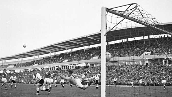 15.06.1958 ФРГ - Сев. Ирландия 2:2. 79 min. Uwe Seeler scoring his second goal