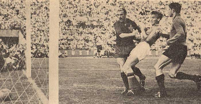 22.05.1960 Yugoslavia - Portugal 5:1 Bora Kostic scoring with Germano unable to stop him