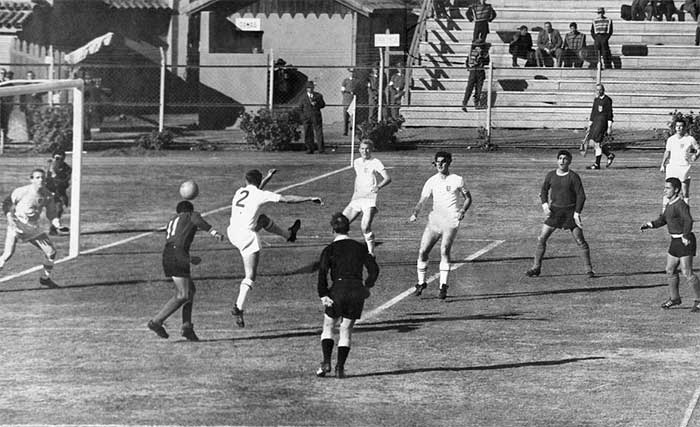02.06.1962 Аргентина - Англия 1:3. In this picture, Argentinas Raul Belen heads towards goal during the World Cup clash with England in Rancagua, Chile. England players seen in this picture are goalkeeper Ron Springett, Jimmy Armfield, Bobby Moore, Maurice Norman and Johnny Haynes
