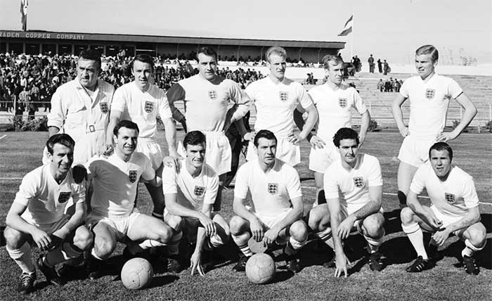 02.06.1962 Аргентина - Англия 1:3. England pose before their 1962 meeting with Argentina. Standing left to right: unknown, Jimmy Greaves, Ron Springett, Ron Flowers, Bobby Charlton and Bobby Moore. Squatting left to right: Bryan Douglas, Jimmy Armfield, Alan Peacock, Johnny Haynes, Maurice Norman and Ray Wilson