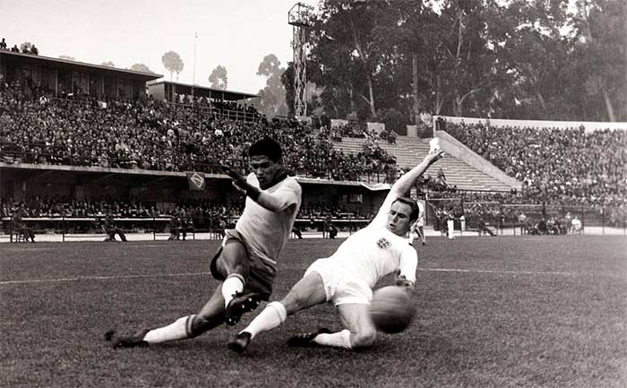 10.06.1962 Бразилия - Англия 3:1. Garrincha crosses the ball past England defender Ray Wilson during the 1962 World Cup quarter-final in Chile