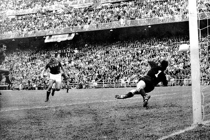 21.06.1964 Spain - Soviet Union 2:1. Pereda of Spain (left) opens the scoring
