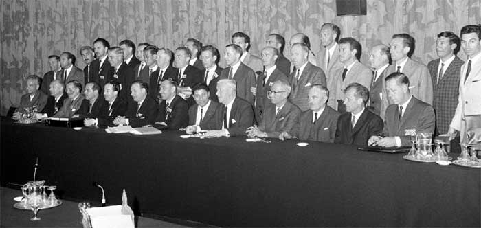 6 января 1966 года. Royal Garden Hotel, Kensington. The referees and linesmen for the World Cup Finals gather at the Royal Garden Hotel in Kensington to receive their official World Cup silver whistles from FIFA President Sir Stanley Rous (front row, fifth r). T. Бaxpaмов (CCCP) - третий слева во втором ряду