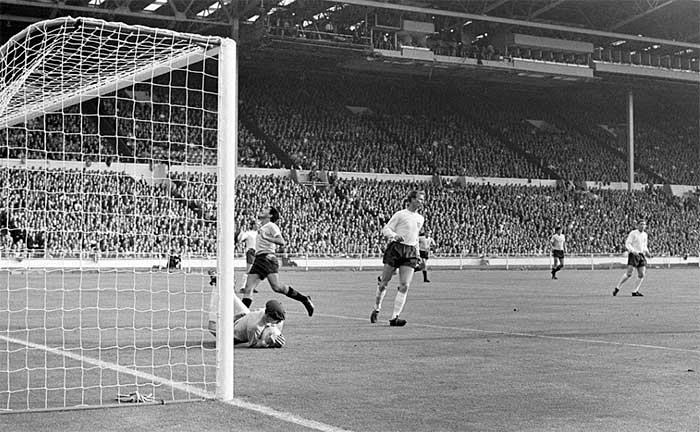 11.07.1966 Англия - Уругвай 0:0. England goalkeeper Gordon Banks dives to save from Uruguay centre forward Hector Silva in the opening match of the 1966