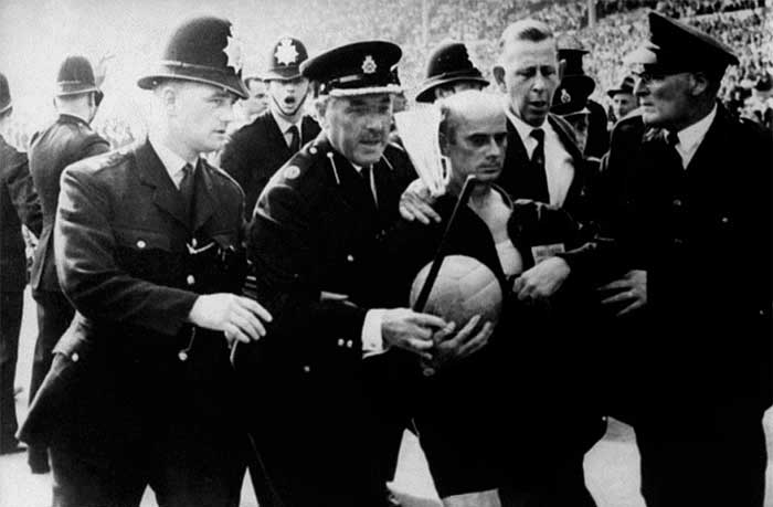 23.07.1966 Англия - Аргентина 1:0. Referee Rudolf Kreitlein is escorted off the Wembley pitch by policemen, along with FIFA referees official Ken Aston