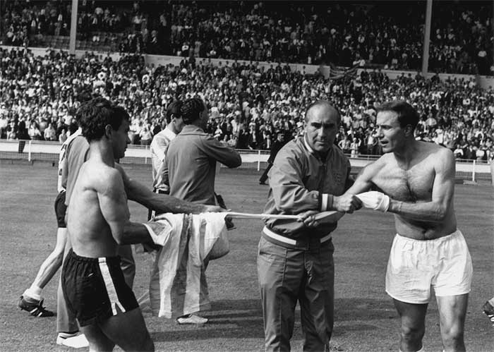 23.07.1966 Англия - Аргентина 1:0. England manager Alf Ramsey tries to prevent Englands George Cohen exchanging shirts with Argentinas Alberto Gonzalez after the match