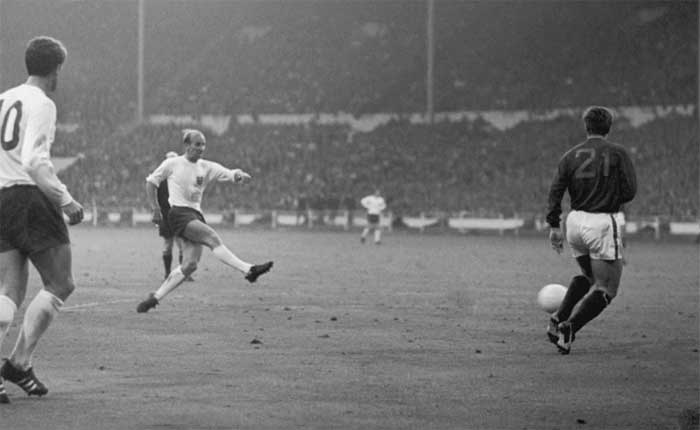 26.07.1966 Англия - Португалия 2:1. 79 min. Bobby Charlton scores Englands second goal