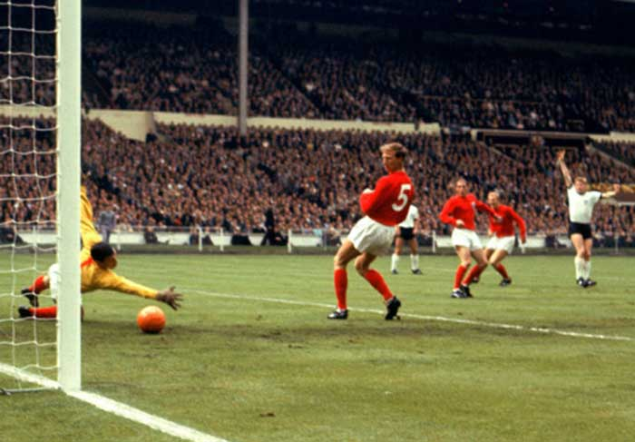 30.07.1966 Англия - ФРГ 4:2. West Germanys Helmut Haller (r) begins to celebrate as his shot beats England goalkeeper Gordon Banks (l) for the opening goal, watched by Englands Jack Charlton (second l), Ray Wilson (third l) and Bobby Moore (second r)