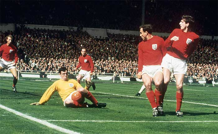 30.07.1966 Англия - ФРГ 4:2. Gordon Banks saves surrounded by Jack Charlton Ray Wilson George Cohen and Martin Peters