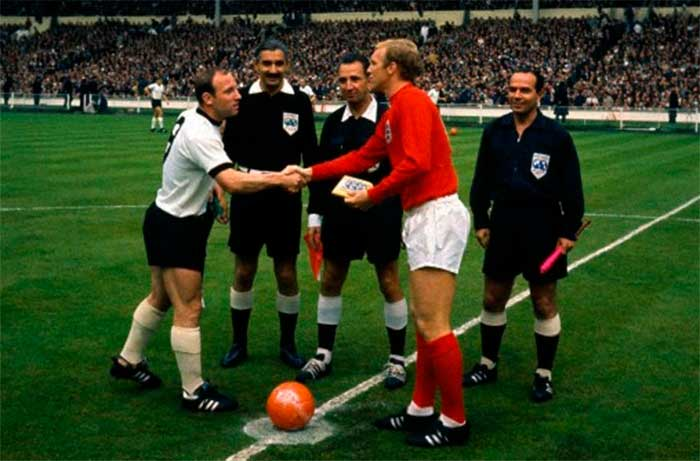 30.07.1966 Англия - ФРГ 4:2. Captains Uwe Seeler (Germany) and Bobby Moore (England), referee Tofik Bachramow, Gottfried Dienst, Karol Galba