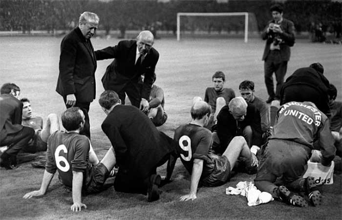 29.05.1968 Manchester United - SL Benfica 4:1. Busby and Murphys team talk before extra time had the desired effect as United went on to beat Benfica 4:1