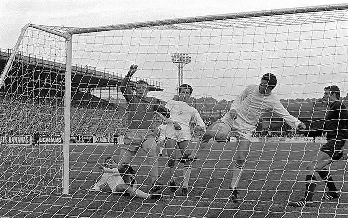 07.08.1968 Leeds United - Ferencvaros 1:0. Mick Jones scoring the decisive goal of the final in the first leg at Elland Road, which the hosts won 1:0
