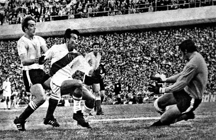 31.08.1969. Argentina - Peru - 2:2. Oswaldo Ramirez scores a goal against Argentina in a match for the 1970 FIFA World Cup qualification in Buenos Aires