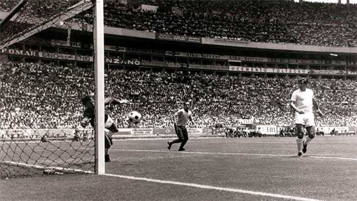 07.06.1970 Brazil - England 1:0. England goalkeeper Gordon Banks makes a remarkable save from a header by Pele of Brazil during their first round match in the World Cup at Guadalajara, Mexico, June 1970