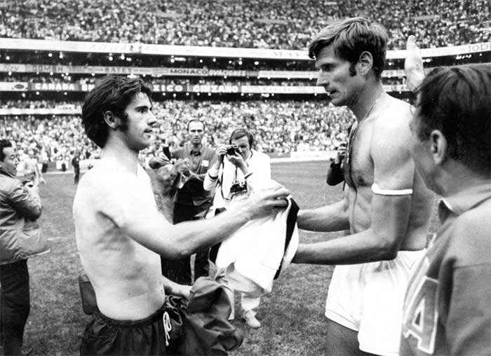 17.06.1970 West Germany - Italy 3:4. Facchetti and Muller after match Italy and West Germany teams