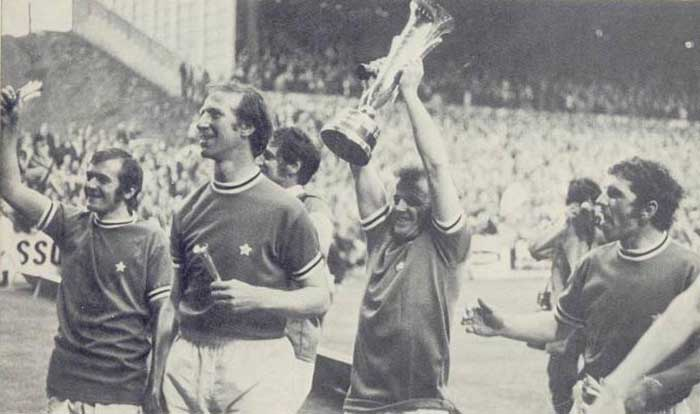 03.06.1971. Cooper, Charlton, Hunter, Bremner, Giles with Inter-Cities Fairs Cup 1970-1971