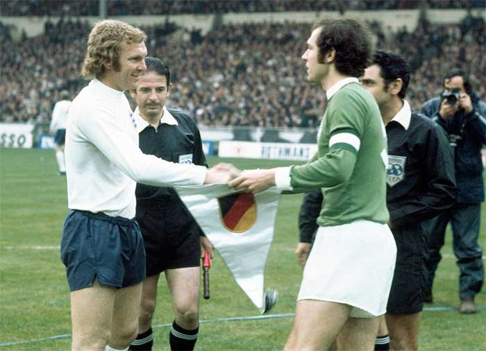 29.04.1972 England - West Germany 1:3. Captains (Bobby Moore, Franz Beckenbauer) and referees