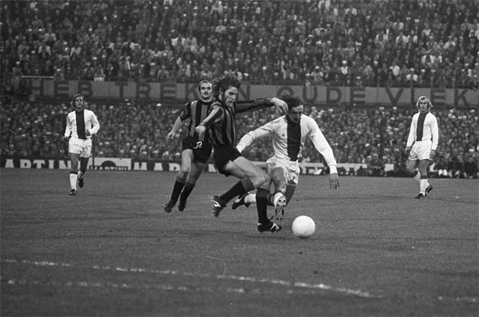 31 mei 1972. Ajax - Inter Milaan 2:0. Inter`s Mario Giubertoni gets up close and personal with Johan Cruijff