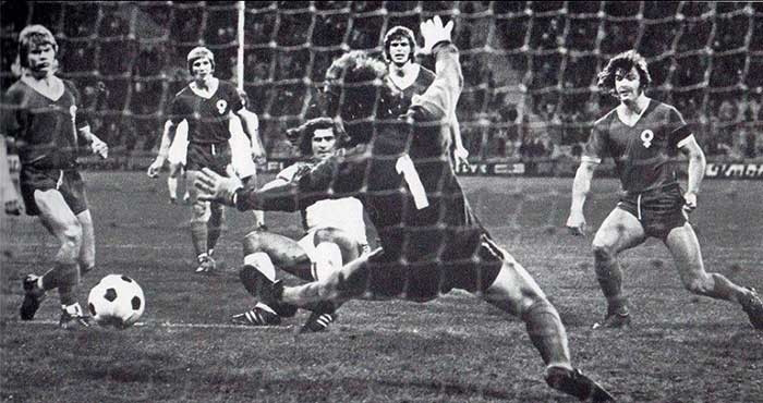 19.09.1973 Bayern Munich - Atvidabergs FF 3:1. Muller scores one of his two goals against Swedish champions Atvidaberg FF in the first round of the European Cup (first leg)