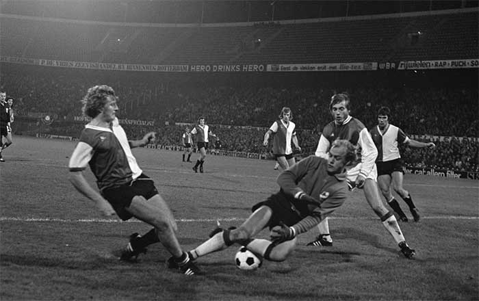 03.10.1973  Feyenoord - Osters IF 2:1, spelmoment links Wim Jansen