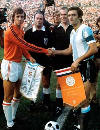 26.06.1974 Argentina - Netherlands 0:4. Captains (J.Cruijff, R.Perfumo) and referees