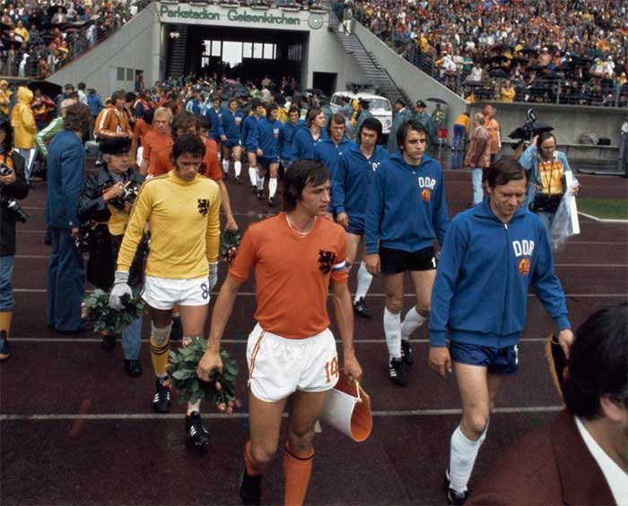 30.06.1974 East Germany - Netherlands 0:2. Captains J.Cruijff and B.Bransch
