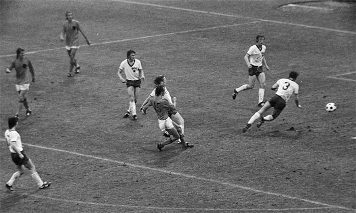 30.06.1974 East Germany - Netherlands 0:2. Rensenbrink scoort 2:0