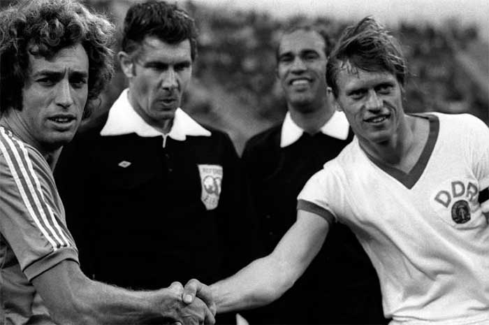 03.07.1974 Argentina - East Germany 1:1. Captains (E.Wolff, B.Bransch) and referees (J.Taylor, M.Kamel)