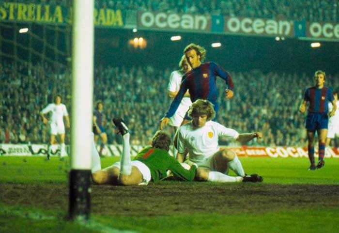23.04.1975 Barcelona - Leeds United 1:1. Leeds United goalkeeper David Stewart saves at the feet of Barcelonas Johan Neeskens, with help from team mate Gordon McQueen at the Nou Camp