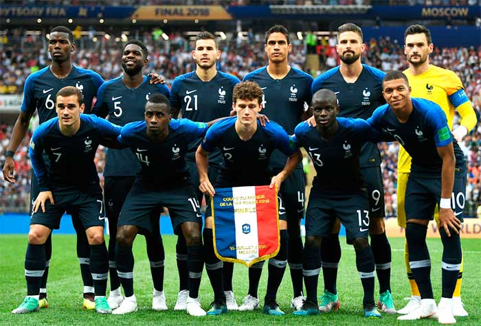 15.07.2018 France - Croatia 4:2. France players pose for a team photo prior to the 2018 FIFA World Cup Final: Antoine Griezmann, Kylian Mbappe, Lucas Hernandez, Raphael Varane, Benjamin Pavard, Samuel Umtiti, Paul Pogba, NGolo Kante, Olivier Giroud, Hugo Lloris, Blaise Matuidi