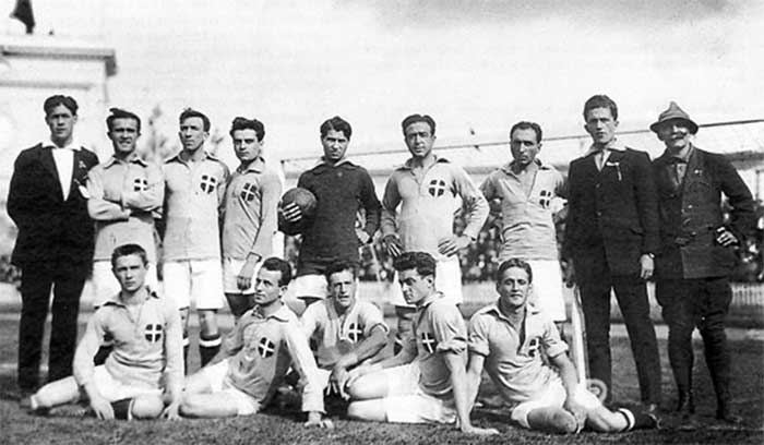 Italy: Back, f. l. t. r. Giuseppe Milano (coach), Antonio Bruna, Giuseppe Parodi, Mario Meneghetti, Giovanni Giacone, Aristodemo Emilio Santamaria, Renzo De Vecchi, Gracco De Nardo (reserve player), official; Front, f. l. t. r. Pio Ferraris, Adolfo Baloncieri, Cesare Lovati, Guglielmo Brezzi, Giustiniano Marucco (immediately before the kick-off was decided that Enrico Sardi played for Giuseppe Parodi)